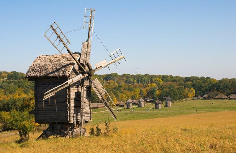 Oude houten windmolen in de herfst stock afbeeldingen