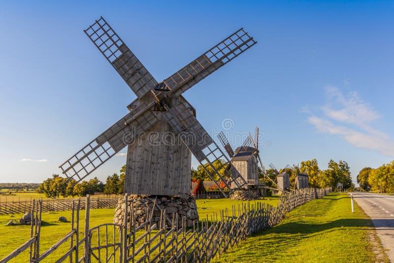Oude houten windmolens in Saaremaa royalty-vrije stock afbeelding