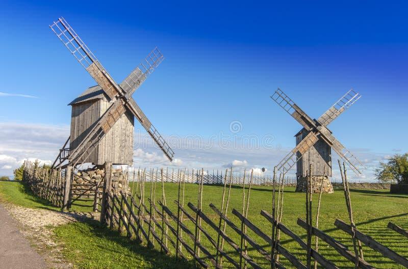 Oude, houten windmolens in Saaremaa royalty-vrije stock foto