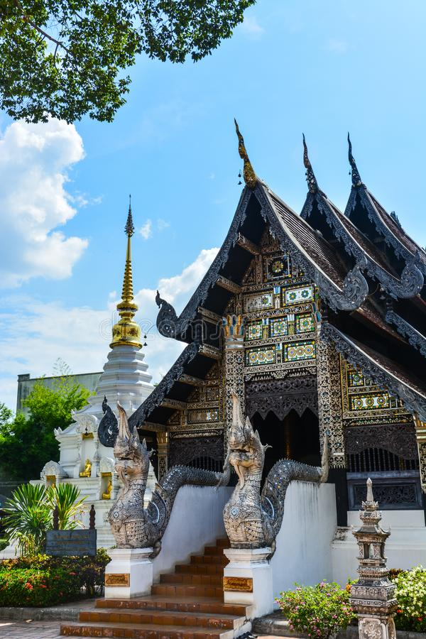 Oude houtsnijwerktempel, decoratief door glasmoza?ek, Thailand stock foto's