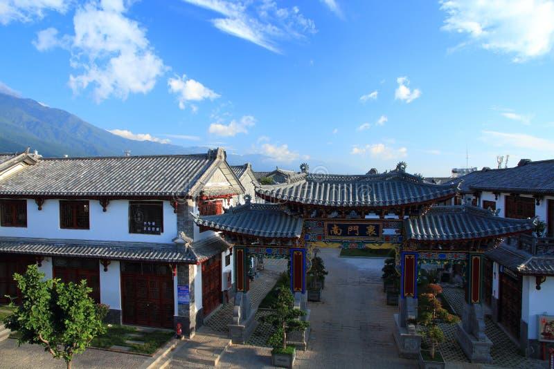 Oude huis en poort in oude stad van Dali royalty-vrije stock afbeeldingen