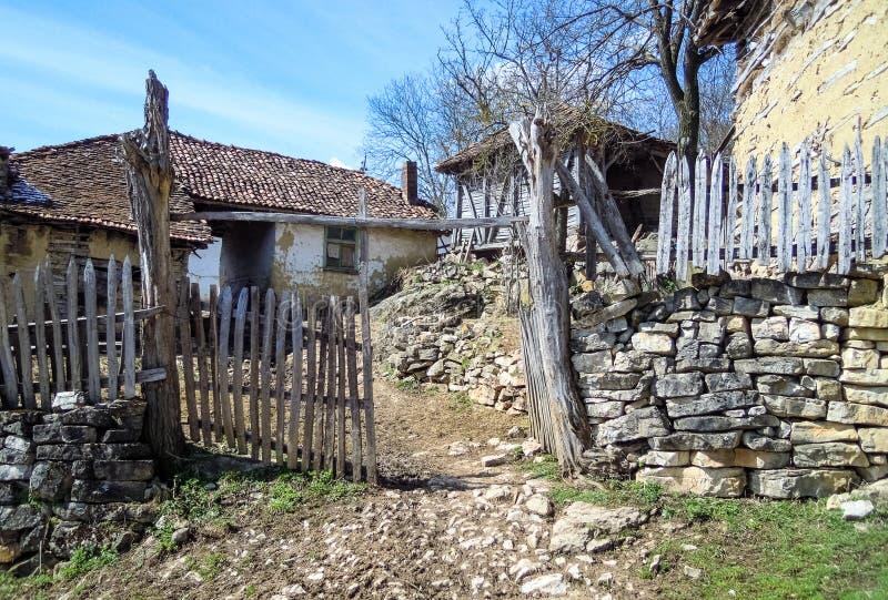 Oude huis of loods van oud verlaten Servisch bergdorp stock foto
