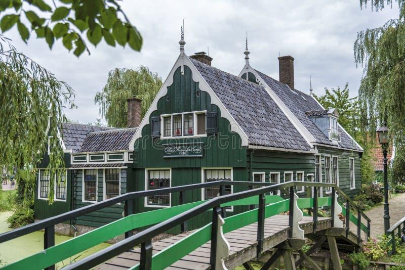 Oude huizen bij zaanse schans stock foto