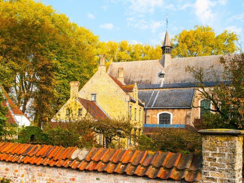 Oude huizen en kapel van Begijnhof, aka Beguinage, in Brugge, België stock foto