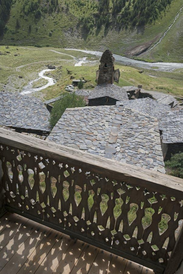 Oude huizen en toren van openwork houten balkon stock foto