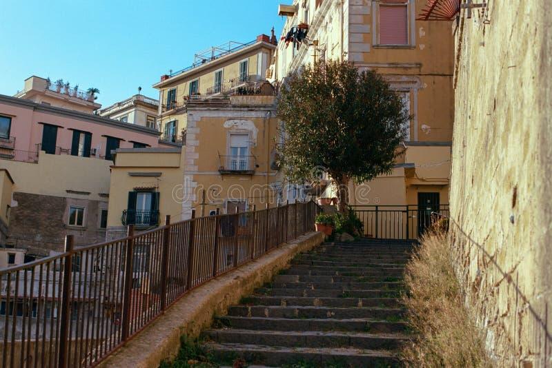 Oude huizen en treden in Napels, Italië stock afbeeldingen