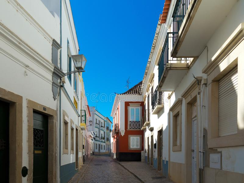 Oude huizen in het centrum van Tavira, Algarve in Portugal stock foto