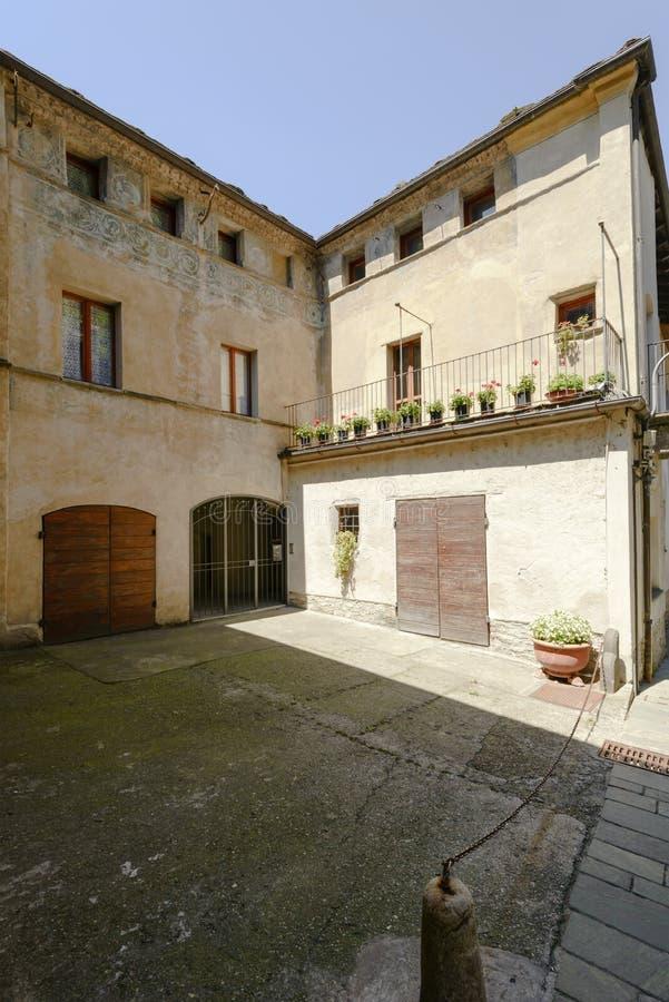 Oude huizen met fresko in middeleeuws dorp van Bard, Italië stock foto's