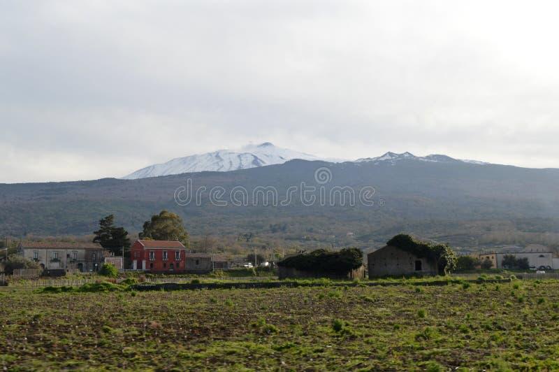 Oude huizen met onderstel Etna op de achtergrond stock afbeelding