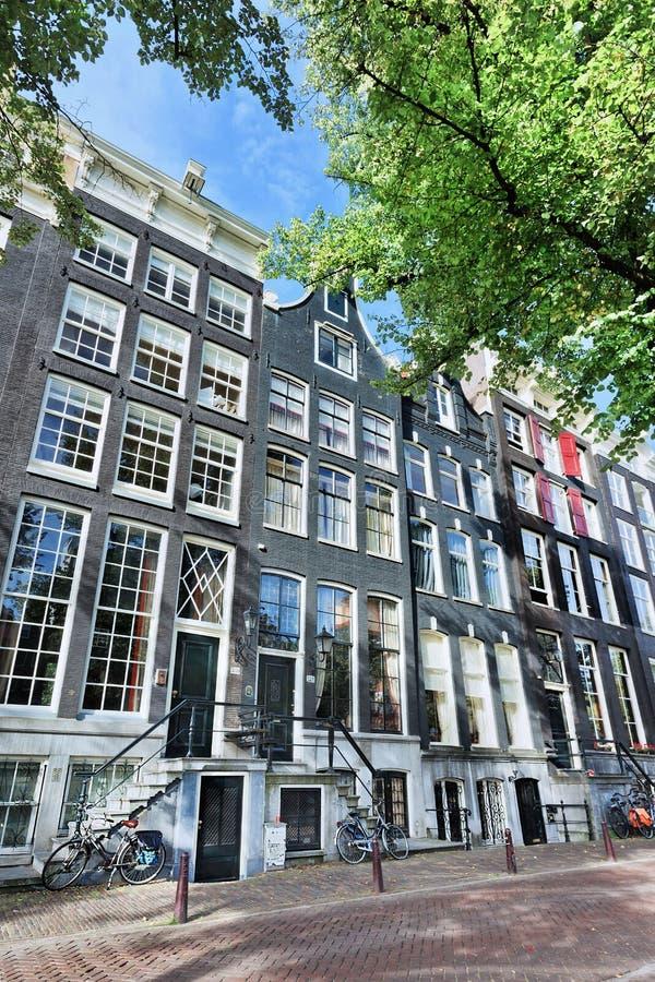 Oude huizen met puntgevel in beroemde Keizersgracht, Amsterdam, Nederland stock fotografie