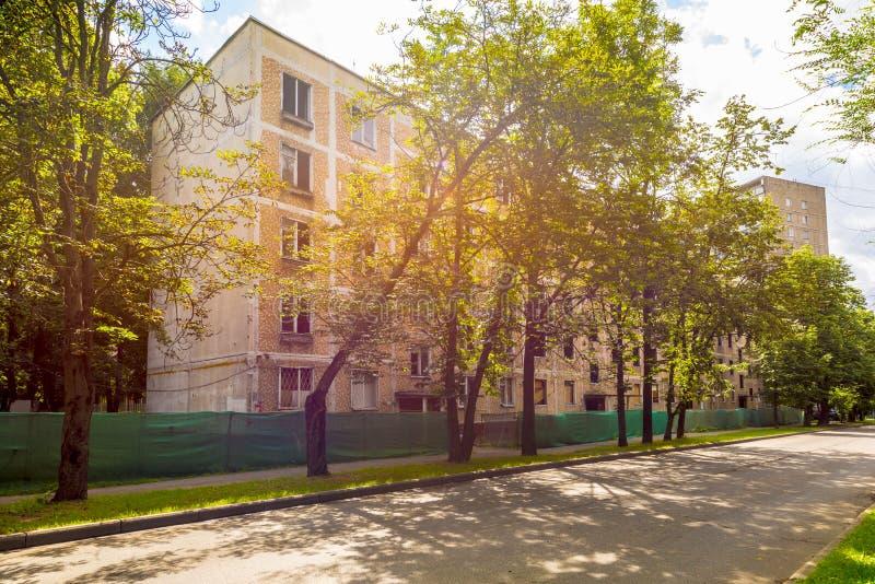 Oude huizen in Moskou vóór de vernieling van het programma van de de zomervernieuwing royalty-vrije stock foto's