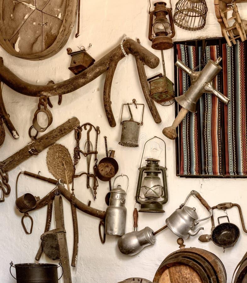 Oude hulpmiddelen en voorwerpen van de landbouwbedrijfwerken en boerderijen stock foto