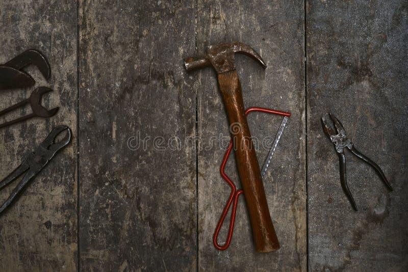 Oude hulpmiddelen op een houten bank stock afbeeldingen