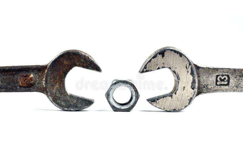 Oude hulpmiddelen roestige moersleutels en bouten stock foto's