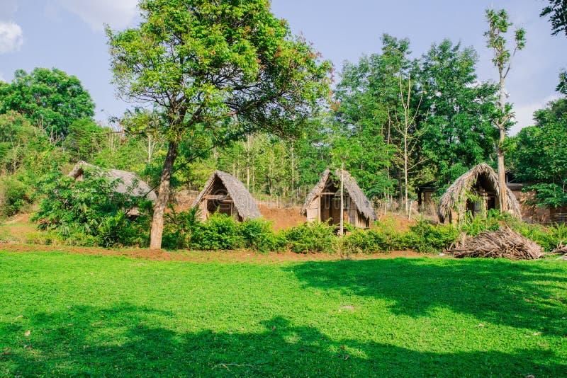 Oude hutten en stapels van stro en hout waar zij vissers bleven stilstaan royalty-vrije stock foto's