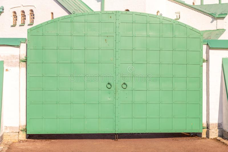 Oude ijzer groene poort royalty-vrije stock foto