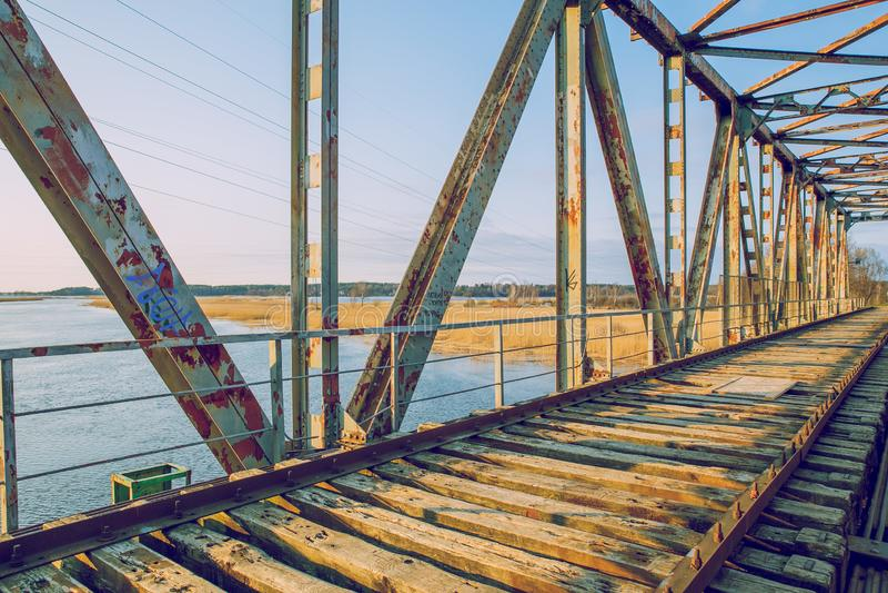 Oude ijzerbrug Gebroken bouw en aardmening, rivier Reisfoto 2019 stock foto's