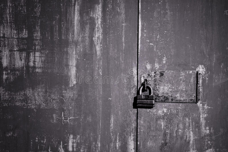 Oude ijzerdeur met slot stock afbeeldingen