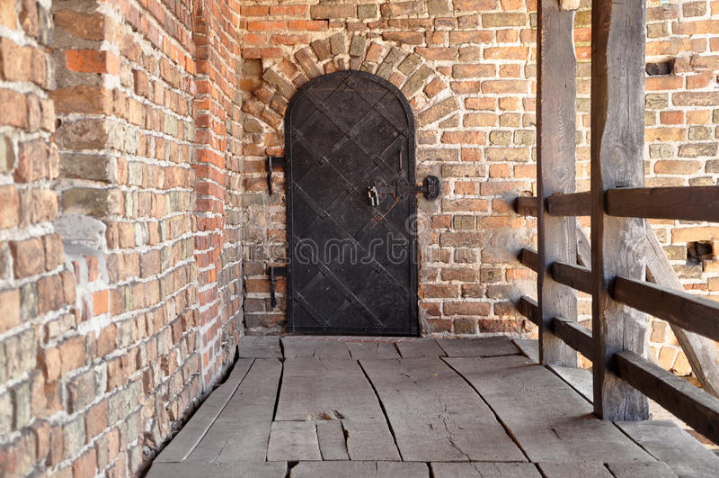 Oude ijzerhoudende deur stock afbeelding