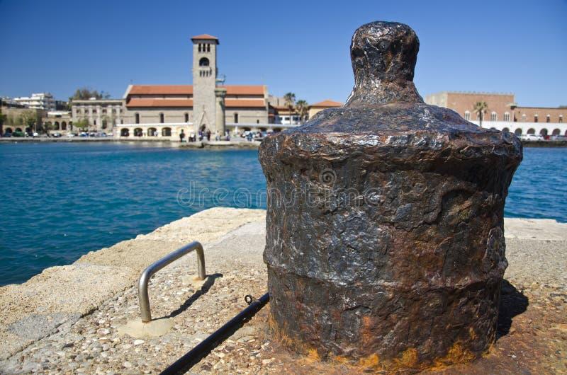 Oude ijzermeerpaal in Griekse haven stock foto's