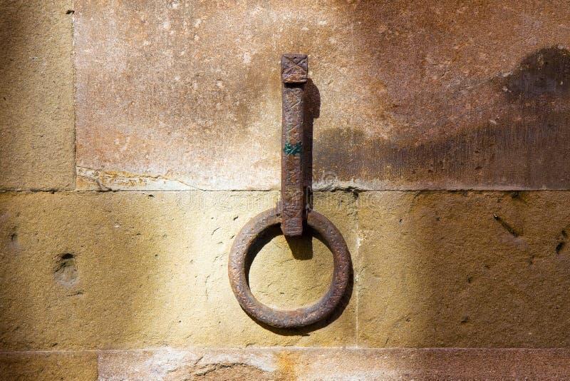 Oude ijzerring vast aan een steenmuur royalty-vrije stock afbeelding