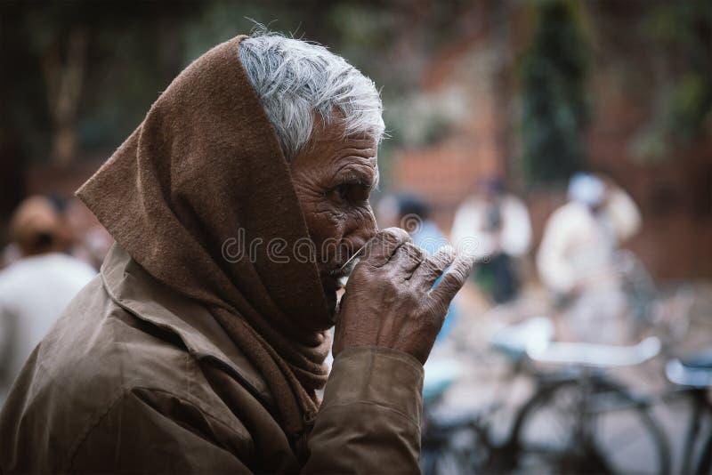 Oude Indische mens die avondthee hebben stock fotografie