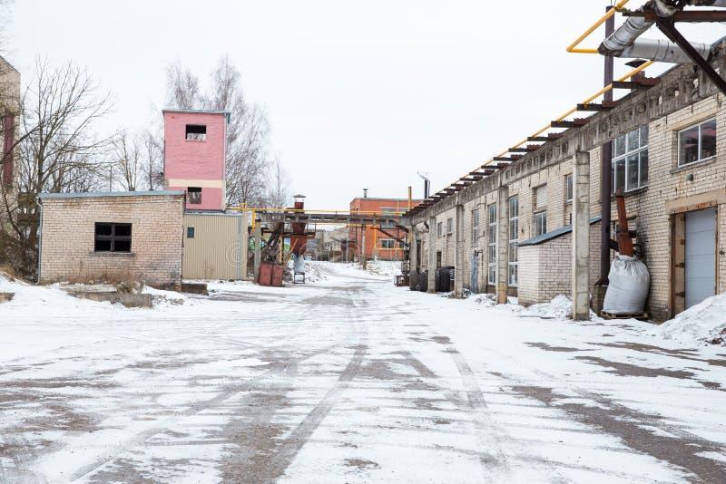 Oude industriële fabriek en gebroken gebouwen Sneeuw en koude Reisfoto 2019 royalty-vrije stock foto