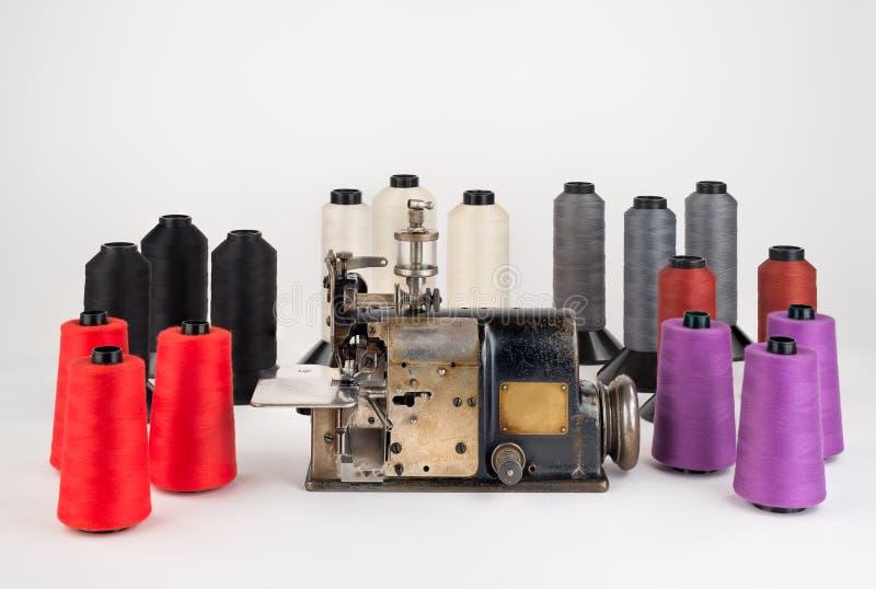 Oude Industriële Naaimachine met Spoelen van Draad stock fotografie