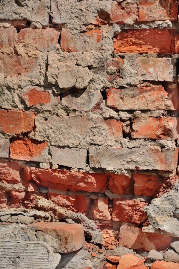 Oude instortende bakstenen muur dicht omhoog royalty-vrije stock foto's