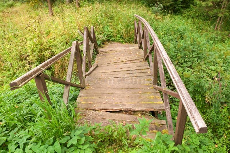 Oude instortende brug stock fotografie