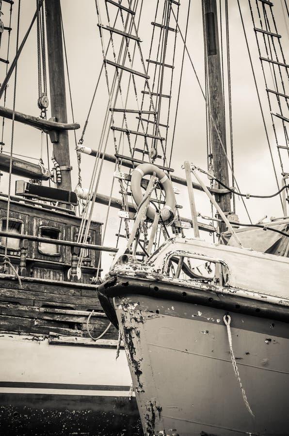 Oude instortende zeilboten bij het dok, close-up royalty-vrije stock afbeelding