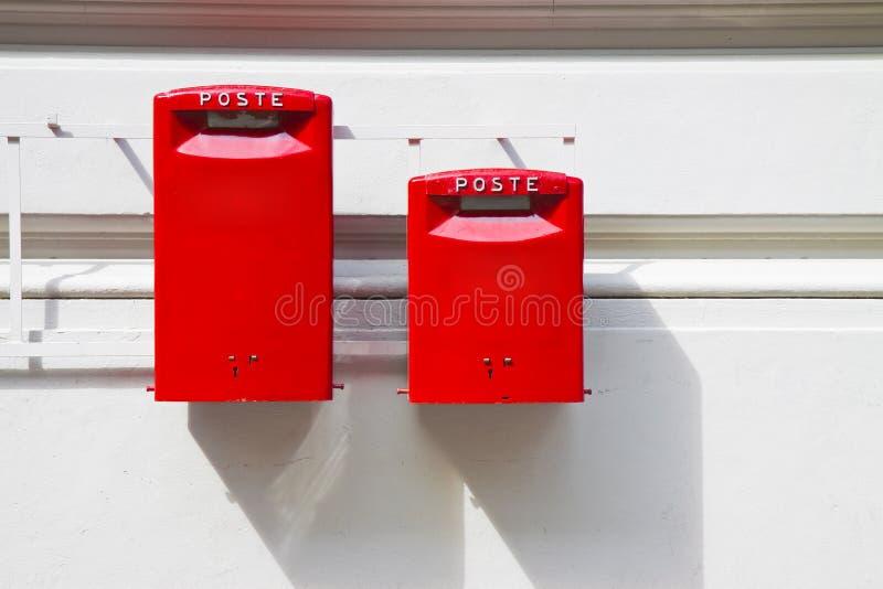 Oude Italiaanse openbare rode brievenbus tegen een pleistermuur - beeld met exemplaarruimte royalty-vrije stock afbeelding