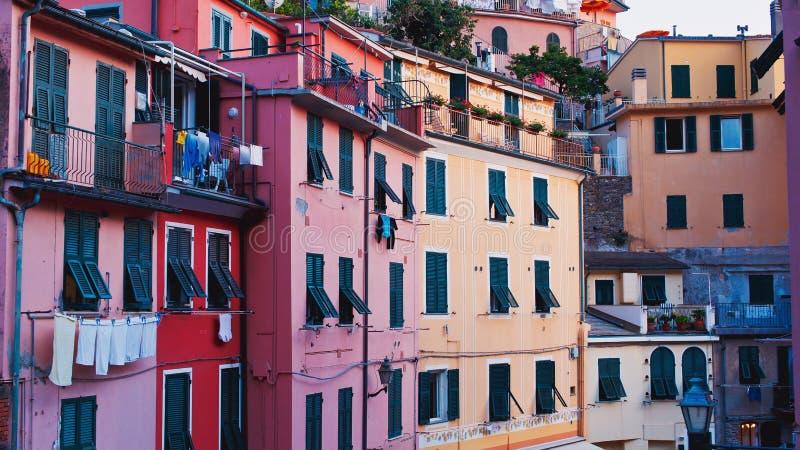 Oude Italiaanse ruwe de bouwvoorgevel met barsten en geruïneerde houten zonneblinden Traditionele oude Italiaanse architectuursti stock afbeeldingen