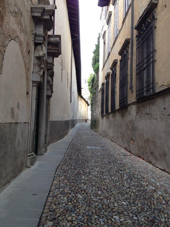 Oude Italiaanse stad Bergamo, smalle steenstraat stock afbeeldingen