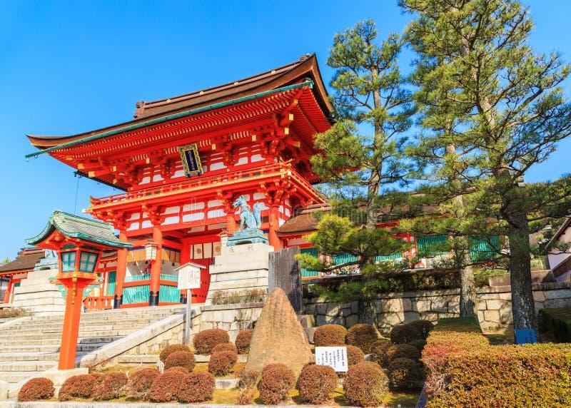 Oude Japanse houten poort en tuin met blauwe hemel, Kyoto, Japa stock afbeelding