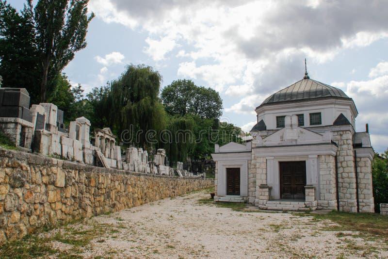 Oude Joodse begraafplaats met opschriften op grafstenen in het Hebreeuws in Sarajevo De genocide op het Europese volk royalty-vrije stock afbeeldingen