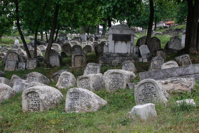 Oude Joodse begraafplaats met opschriften op grafstenen in het Hebreeuws in Sarajevo De genocide op het Europese volk royalty-vrije stock afbeelding