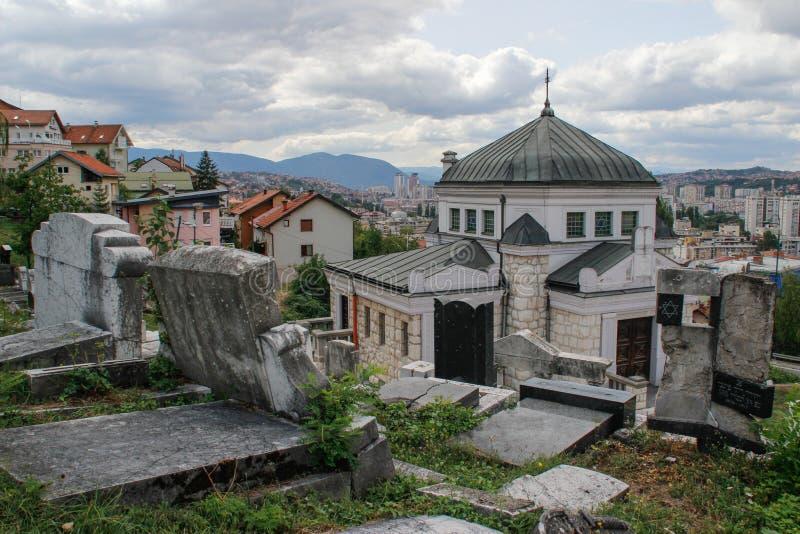 Oude Joodse begraafplaats met opschriften op grafstenen in het Hebreeuws in Sarajevo De genocide op het Europese volk stock foto's