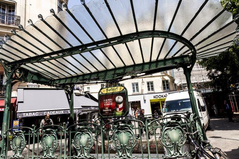 Oude Jugendstilmetro postchatelet op het gebied van Les Halles stock afbeelding