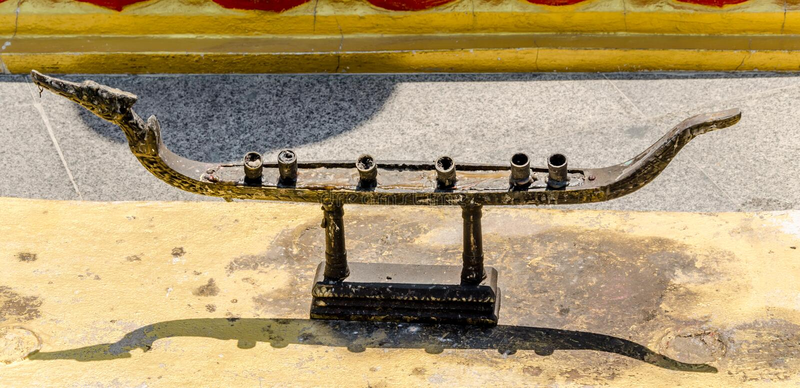 Oude kaarstribune in Thaise tempel stock foto