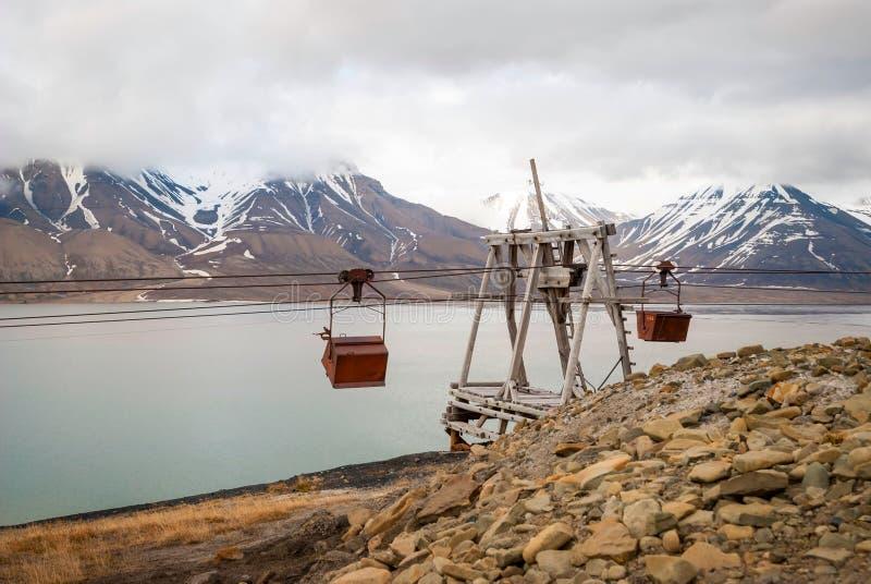 Oude kabelwagen voor steenkoolvervoer, Svalbard, Noorwegen stock afbeeldingen