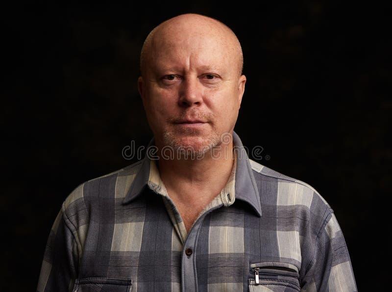 Oude kale mens over zwarte achtergrond stock foto's