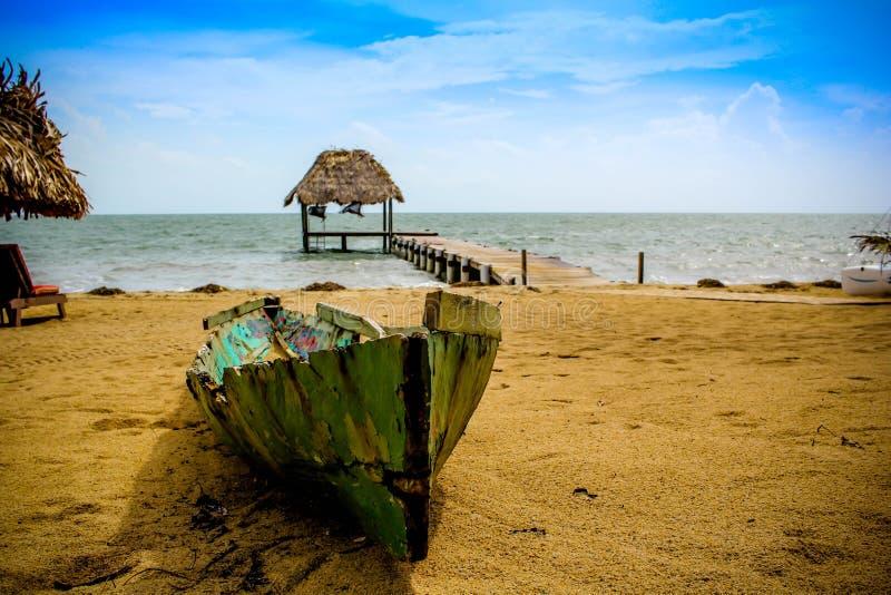Oude kano in paradijs royalty-vrije stock foto