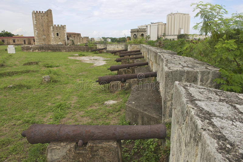 Oude kanonnen bij de vestingsmuur van Ozama-Vesting in Santo Domingo, Dominicaanse Republiek stock foto's