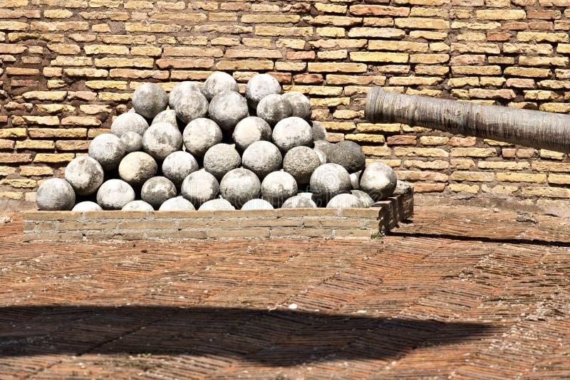 Oude kanonnen en marmeren ballen stock foto