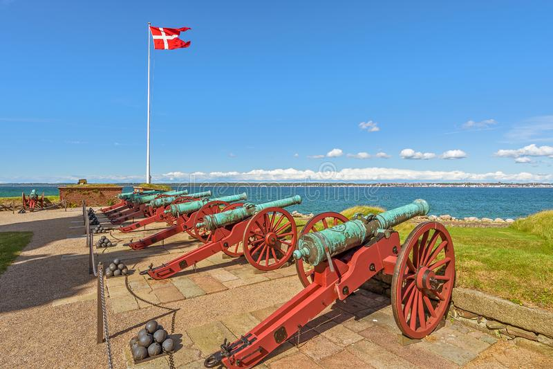 Oude kanonnen in Kronborg-Kasteel Helsingor denemarken stock fotografie