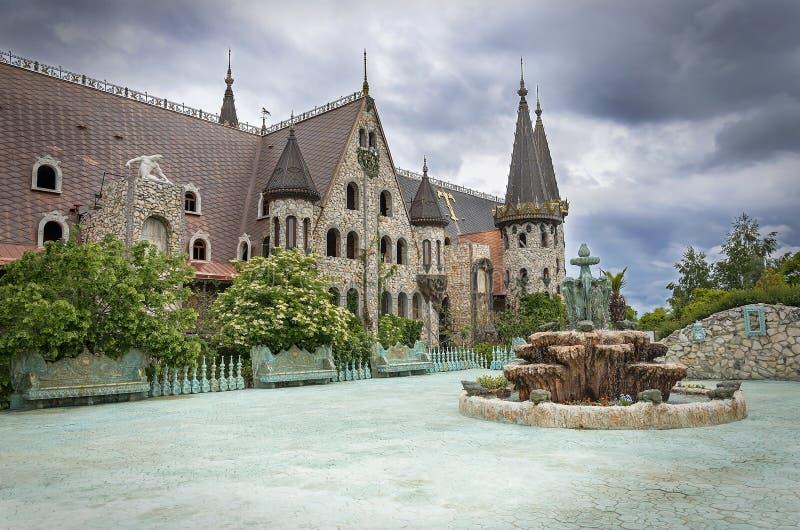 Oude kasteelbinnenplaats in slecht weer stock afbeeldingen