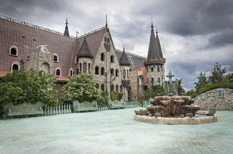 Oude kasteelbinnenplaats in slecht weer royalty-vrije stock afbeeldingen
