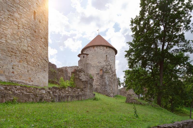 Oude kasteelmening in Cesis, Letland stock afbeeldingen