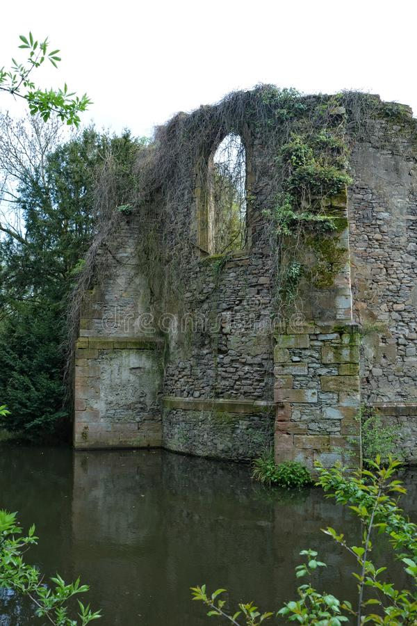 Oude kasteelruïnes op de rivier stock afbeelding